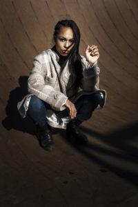 Dajana legger Kardashian-make-up. Til Helgerevy om fenomenet Kardashian.